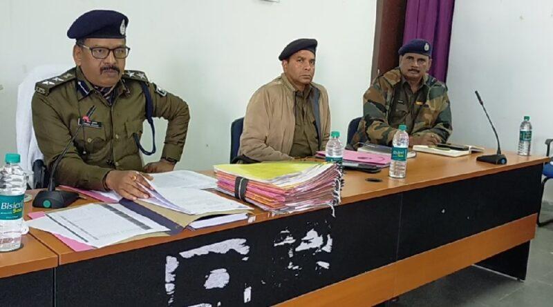 सुपौल: अभिषेक कुमार झा बढ़ते क्राइम को देख पुलिस की तैयारी ! सरकार की प्राथमिकताओं पर खङा उतरने की तैयारी ,एसएसबी और पुलिस की संयुक्त बैठक ,अपराध नियंत्रण से लेकर बार्डर के कई मामलों पर चर्चा ! बिहार/सुपौल: जिले में सरकार की अपराध नियंत्रण की प्राथमिकताओं और भारत नेपाल सीमा पर तस्करी रोकने के उपाय सहित कई मुद्दो को लेकर सुपौल पुलिस और एसएसबी की संयुक्त बैठक हुई है । जिसमें सुपौल में रोज बढ़ रहे अपराध पर लगाम लगाने और शराब तस्करी को पूर्ण रुप से रोकने सहित अन्य बिंदु पर विशेष चर्चा की गई । एसपी मनोज कुमार के नेतृत्व में जिले के सभी थाना के थानाअध्यक्षों सहित सभी डीएसपी,इंस्पेक्टर ने इस बैठक में भाग लिया है। इस बाबत एसपी मनोज कुमार ने बताया कि लंबित कांडो और सरकार की प्राथमिकताओं को धरातल पर पुर्ण सफल बनाने के लिए विशेष जोङ दिया गया है जिसका फलाफल जल्द आप लोगों के बीच होगा साथ ही,सभी थाना अध्यक्षों को अपने थाने में लंबित मामलों को निष्पादन सहित अपने क्षेत्र में गश्त बढाने का भी निर्देश दिया गया है ।