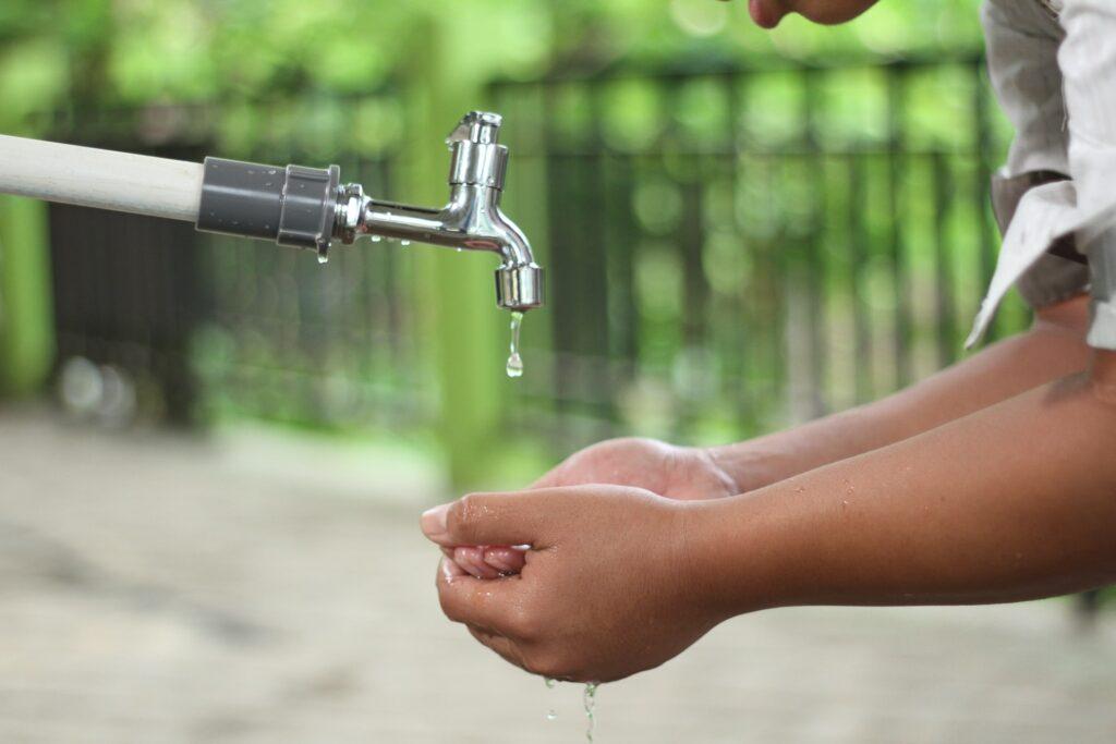 अपने हाथों को अच्छी तरह से साफ करें